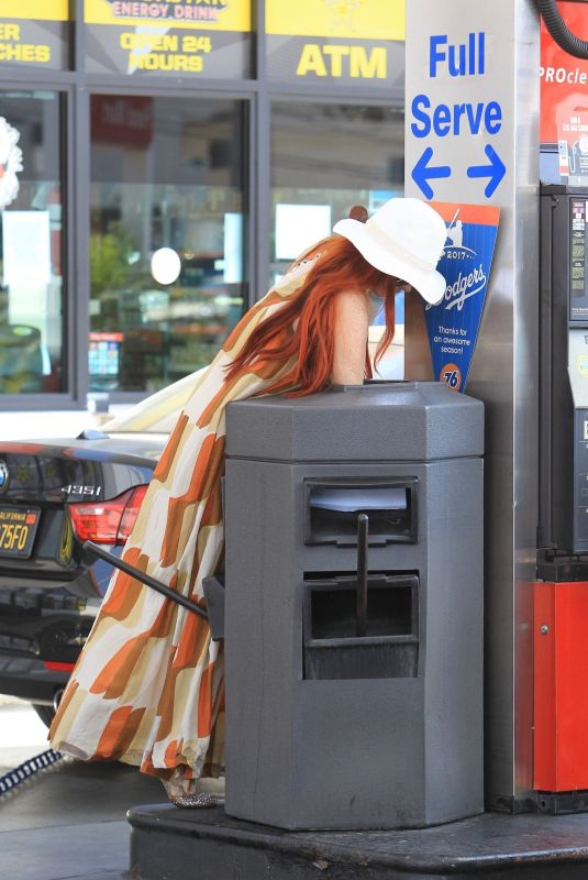 PHOEBE PRICE Digs in the Garbage at a Gas Station in Beverly Hills 06/22/2018