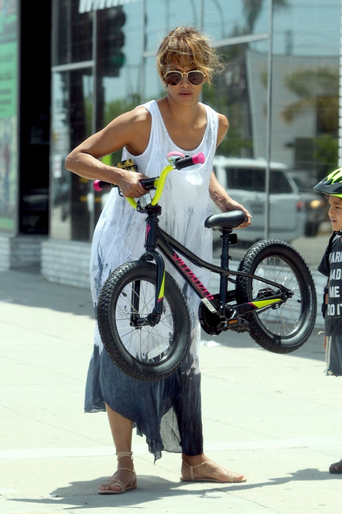 HALLE BERRY Buying a Bike for Her Son in Los Angeles 07/21 ...