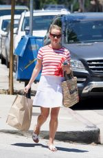 REESE WITHERSPOON Picking up Lunch in Beverly Hills 07/01/2018
