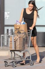 APRIL LOVE GEARY Shopping at Trancas Country Market in Malibu 10/16/2018