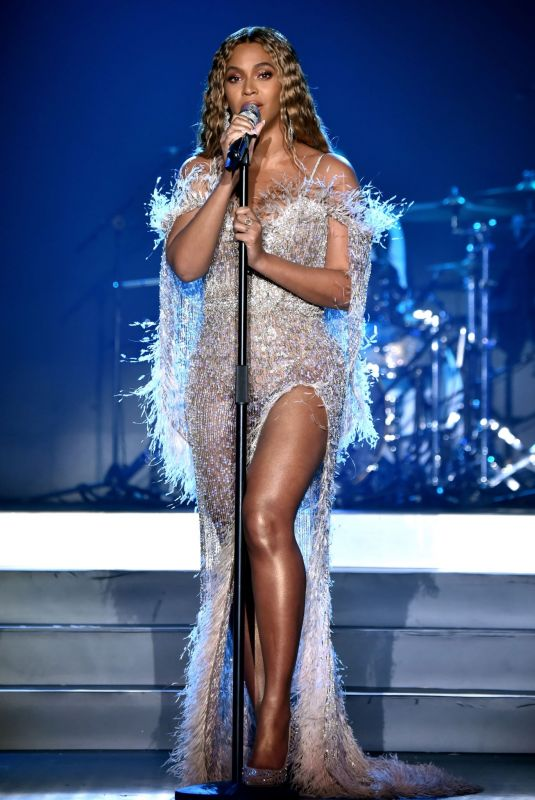 BEYONCE Performs at City of Hope Gala in Los Angeles 10/11/2018