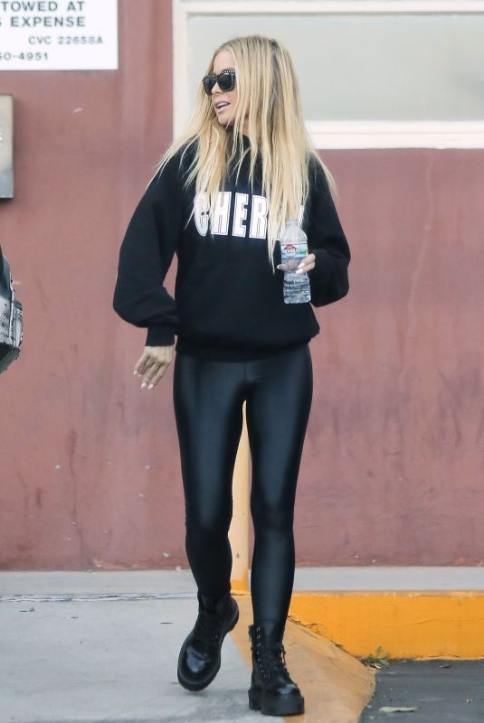 CARMEN ELECTRA Leaves a Medical Clinic in Beverly Hills 10/18/2018
