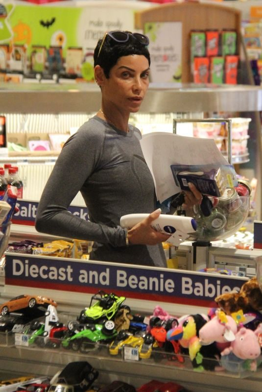 NICOLE MURPHY Sshopping at Rite Aid in Beverly Hills 10/23/2018