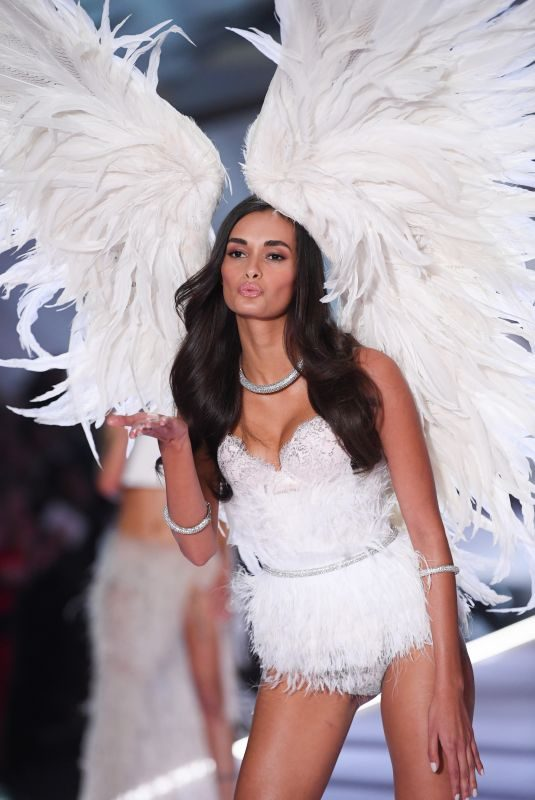 GIZELE OLIVEIRA at Victoria's Secret 2018 Fashion Show in New York 11/08/2018