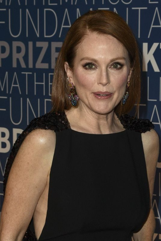 JULIANNE MOORE at 2019 Breakthrough Prize in Mountain View 11/04/2018