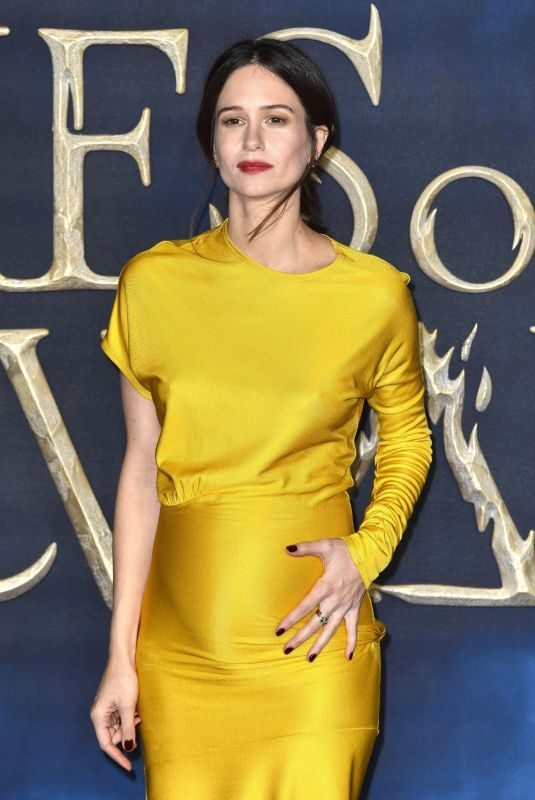 Pregnant KATHERINE WATERSTON at Fantastic Beasts: The Crimes of Grindelwald Premiere in London 11/13/2018