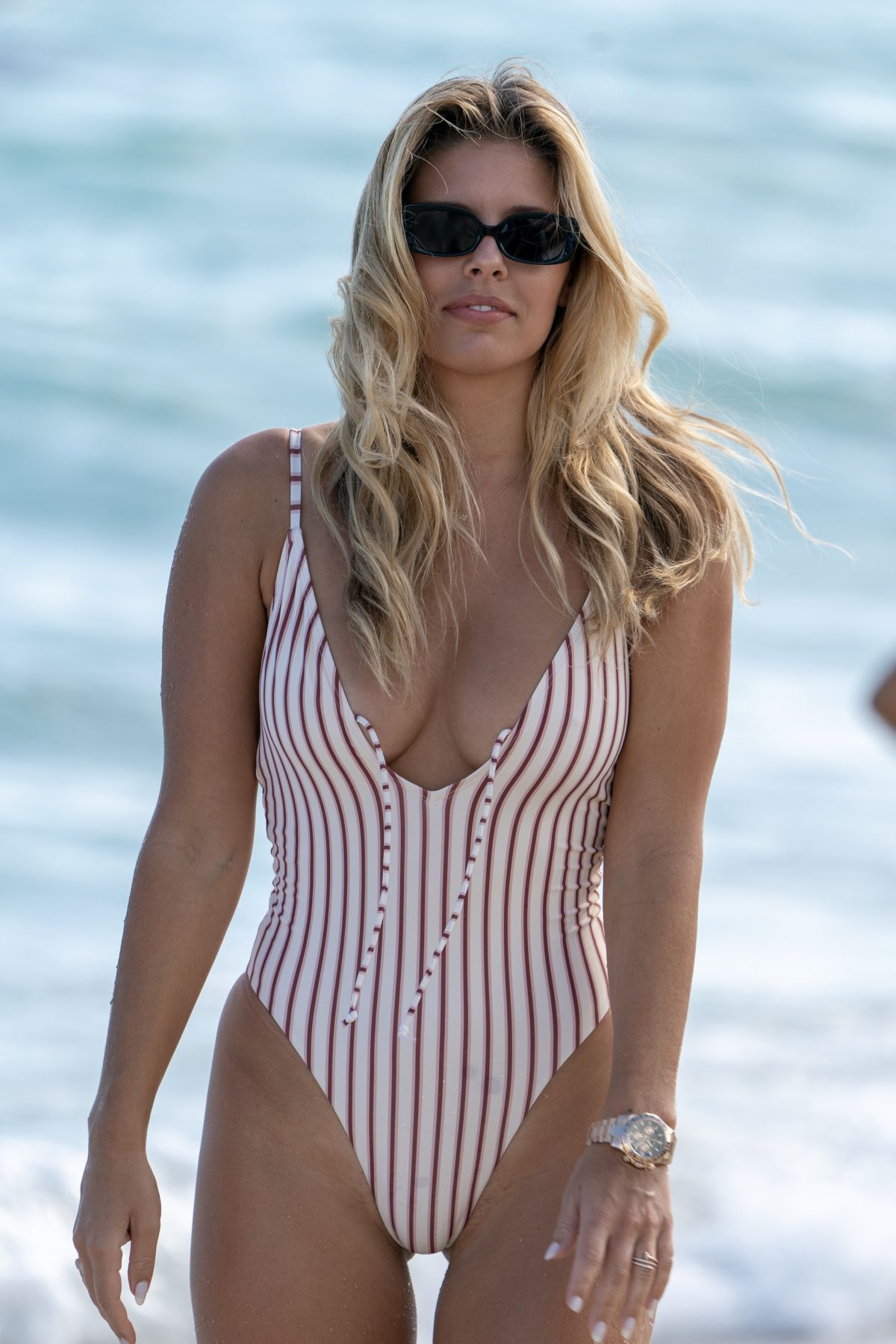 2a2efc4463443 NATASHA OAKLEY in Swimsuit on the Beach in Miami 12/08/2018 – HawtCelebs