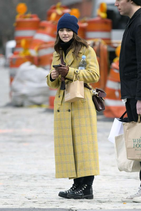 JENNA LOUISE COLEMAN Shopping at Wholefoods in New York 01/10/2019