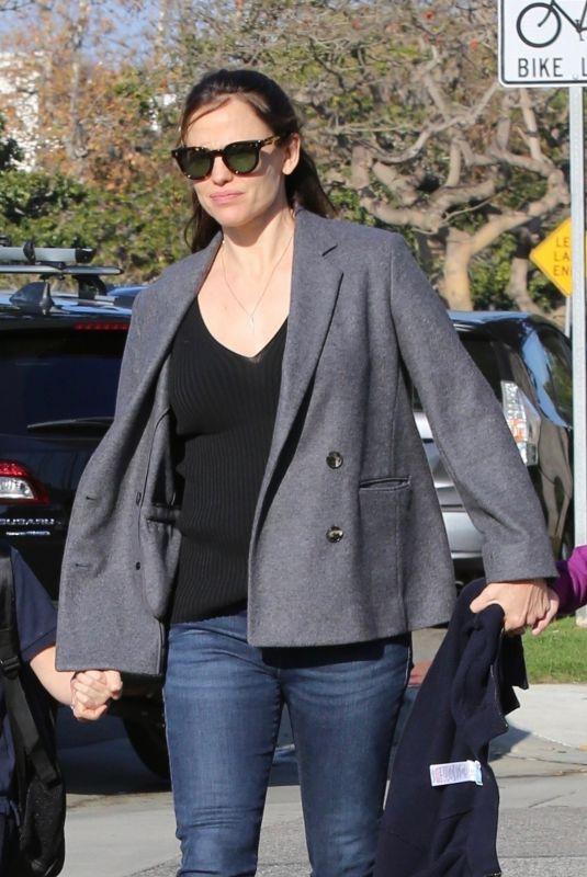 JENNIFER GARNER Picks Up Her Kids from School in Santa Monica 01/30/2019