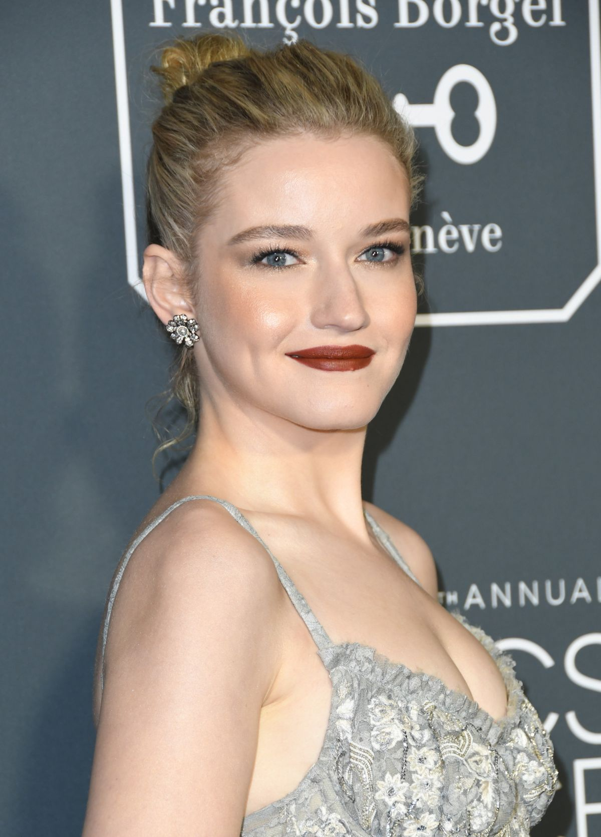 Julia Garner: JULIA GARNER At 2019 Critics' Choice Awards In Santa