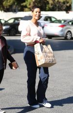 NICOLE MURPHY Shopping at Bristol Farms in Beverly Hills 01/23/2019