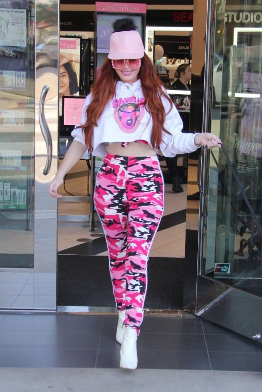 PHOEBE PRICE Shopping at Sephora in Beverly Hills 01/24/2019