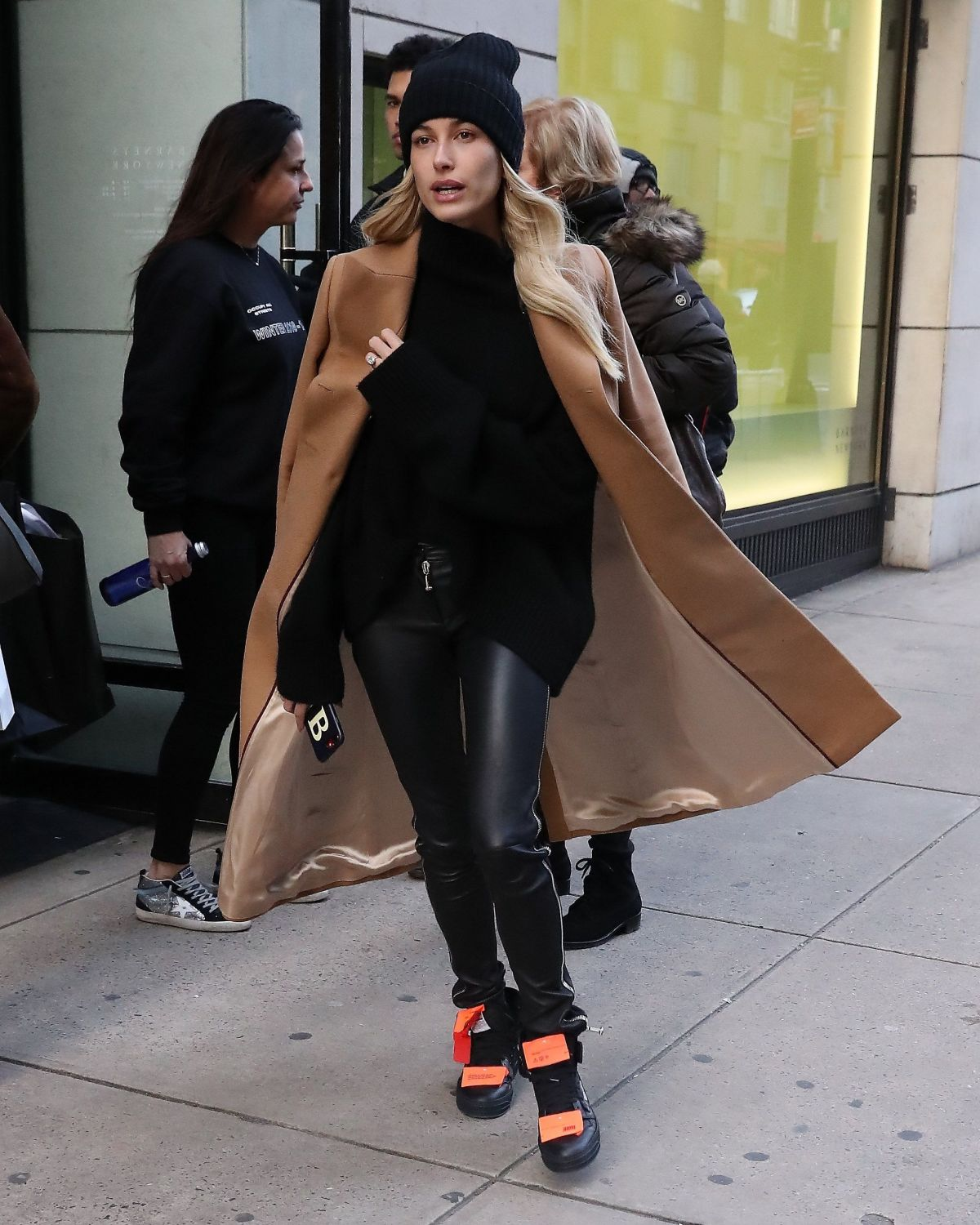 Flat In New York: HAILEY BIEBER Leaves Her Apartment In New York 02/10/2019