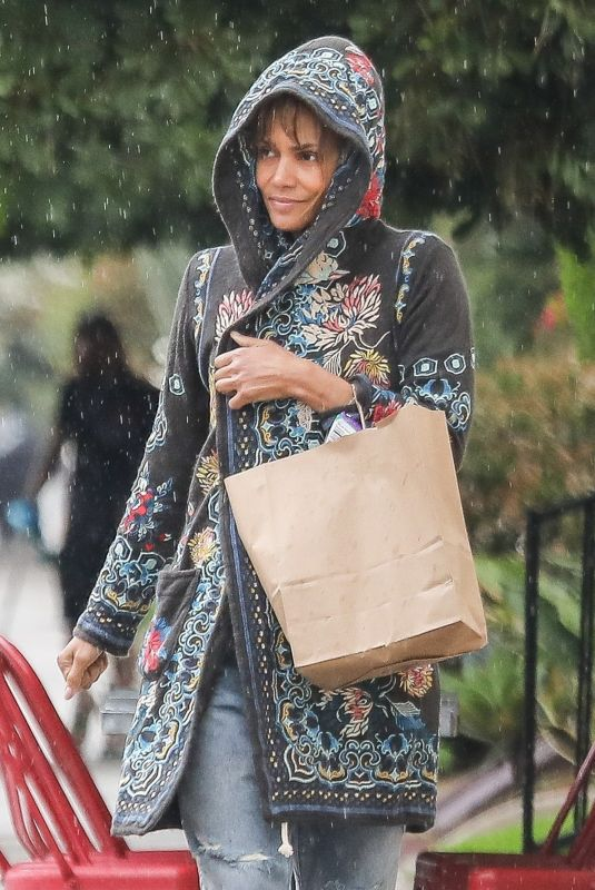 HALLE BERRY Shoppinig for Grocery in Los Angeles 02/13/2019