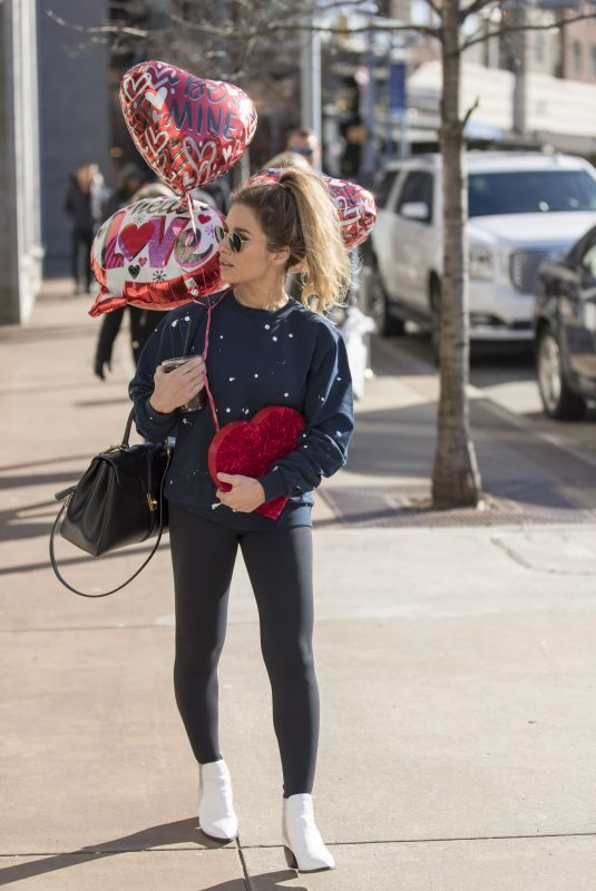 JESSIEJAMES DECKER Buys some Balloons in Nashville 02/11/2019