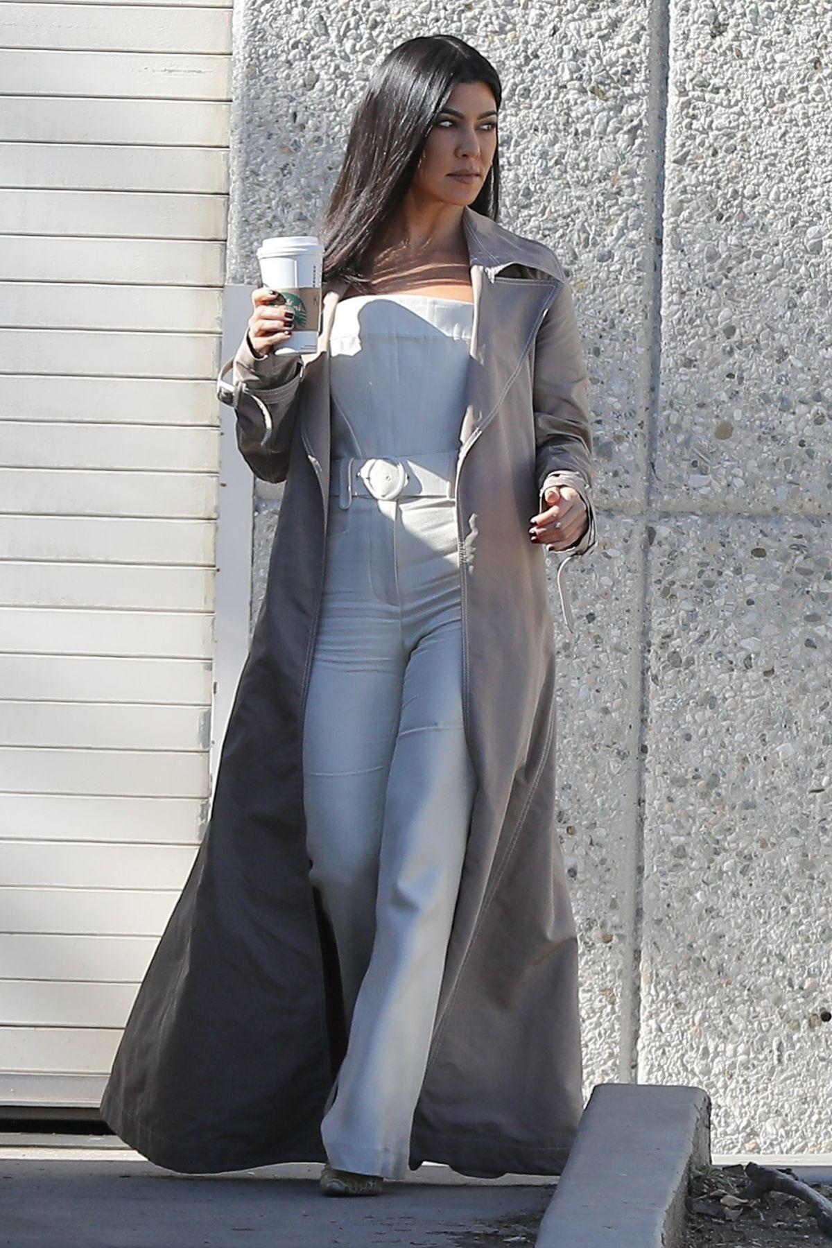 Kourtney Kardashian Leaves Kanye West S Studio In Los