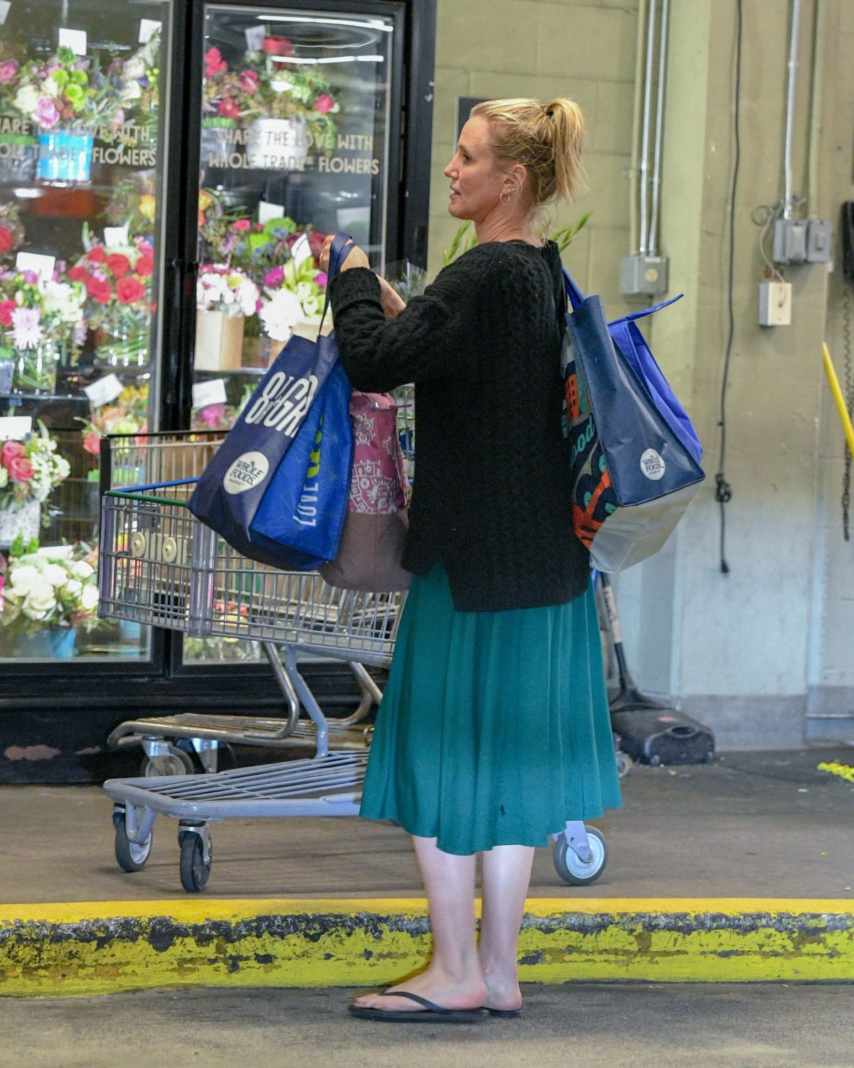 CAMERON DIAZ Shopping at Whole Foods in Beverly Hills 03/07