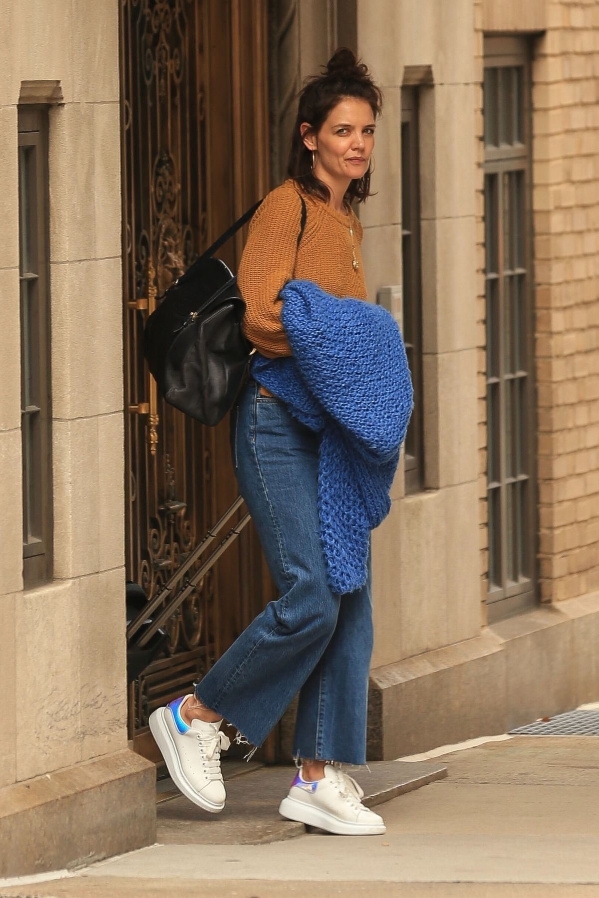 Katie Holmes Leaves Her Apartment In New York 03 15 2019