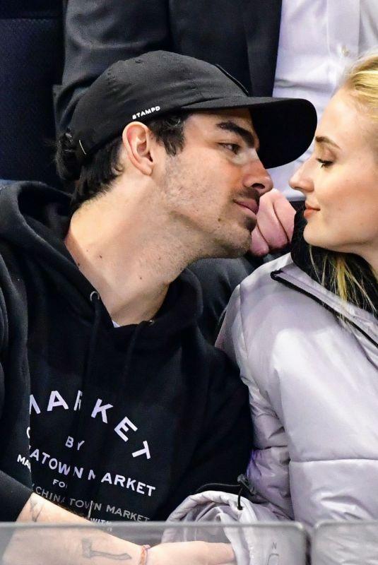 357c21b8508978 SOPHE TURNER and Joe Jonas Kissing at Detroit Red Wings vs New York Rangers  Ice Hockey
