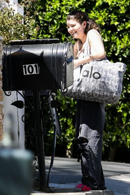 ISABELLA GIANNULLI Picks Mail in Bel Air 03/31/2019