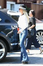 LAETICIA HALLYDAY Shopping at Brentwood Country Mart 04/06/2019