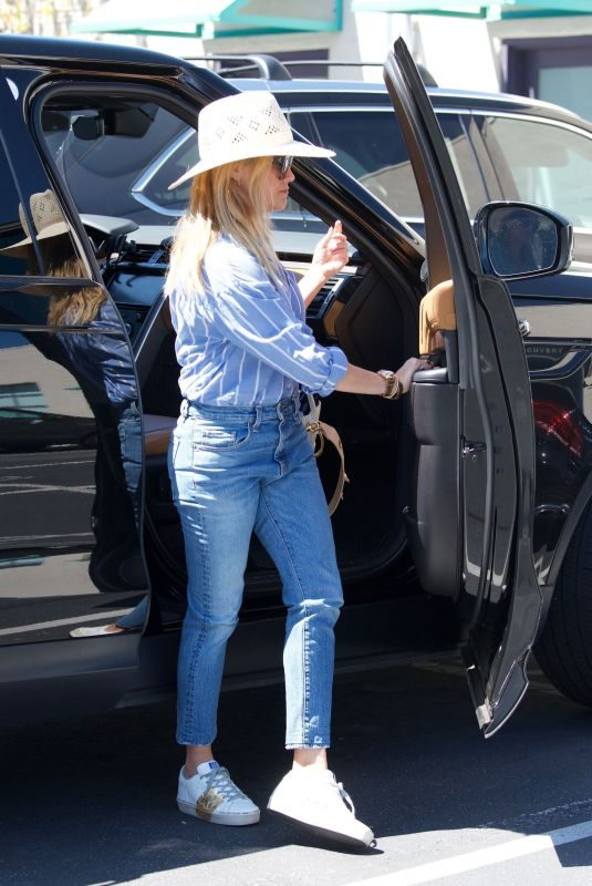 REESE WITHERSPOON Arrives at Her Office in Santa Monica 05/24/2019