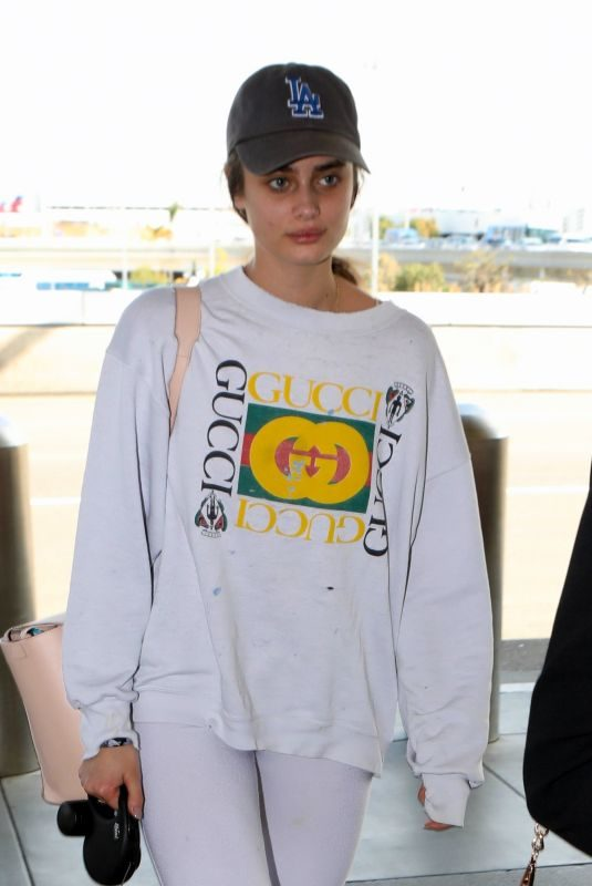 TAYLOR HILL with Her Dog at Los Angeles International Airport 05/03/2019