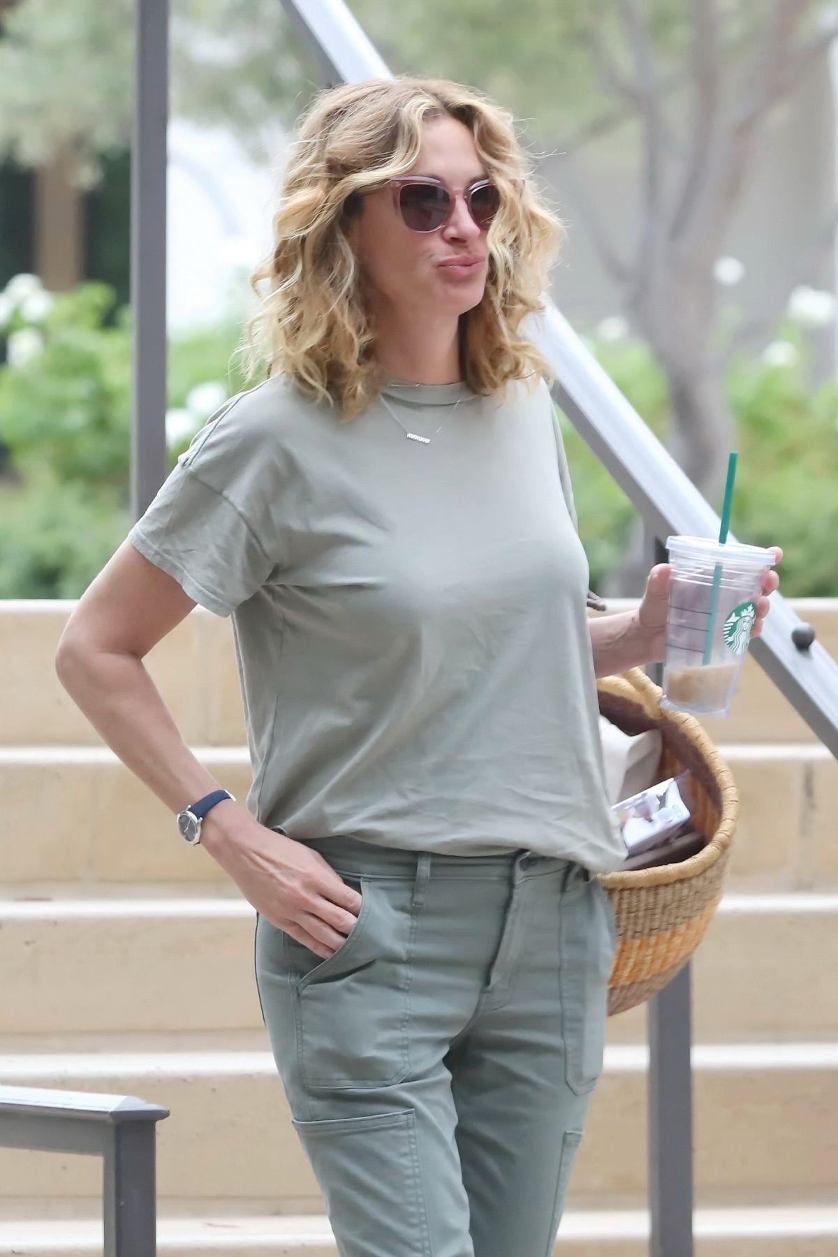 Julia Roberts Leaves A Starbucks In Malibu 07 31 2019