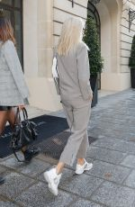 DEVON WINDSOR Leaves Her Hotel in Paris 09/24/2019