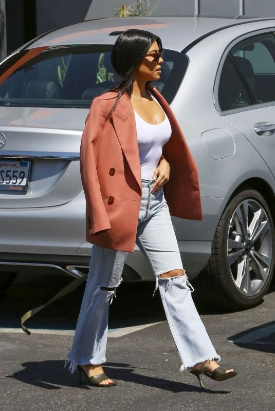 KOURTNEY KARDASHIAN Leaves s Studio in Los Angeles 09/20/2019
