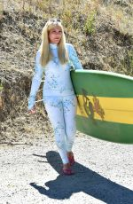 tori spelling on her way to a surf lesson in malibu 17.09.2019 x23 | hqcelebcorner