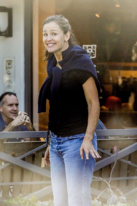 JENNIFER GARNER Checks Out Her Real Estate Investment Properties in Brentwood 10/17/2019