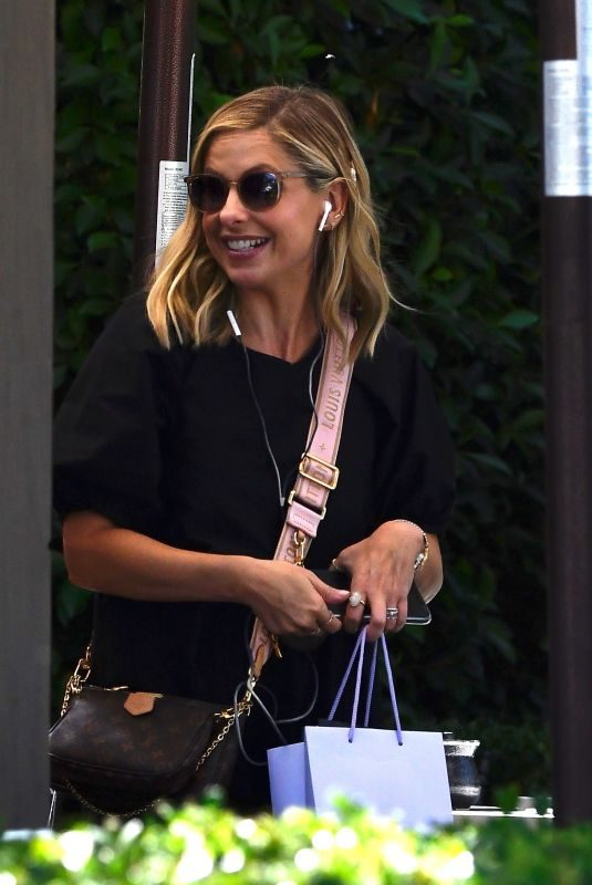 SARAH MICHELLE GELLAR Out for Lunch in Los Angeles 10/09/2019