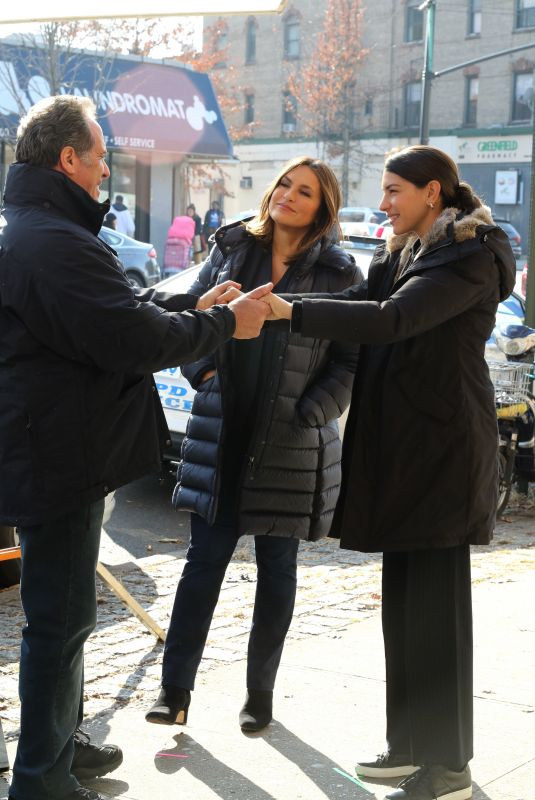 MARISKA HARGITAY and JAMIE GRAY HYDER on the Set of Law and Erder: Special Victims Unit in New York 12/20/2019