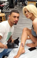 COURTNEY STODDEN Getting Her First Tattoo of a Rose 01/03/2020