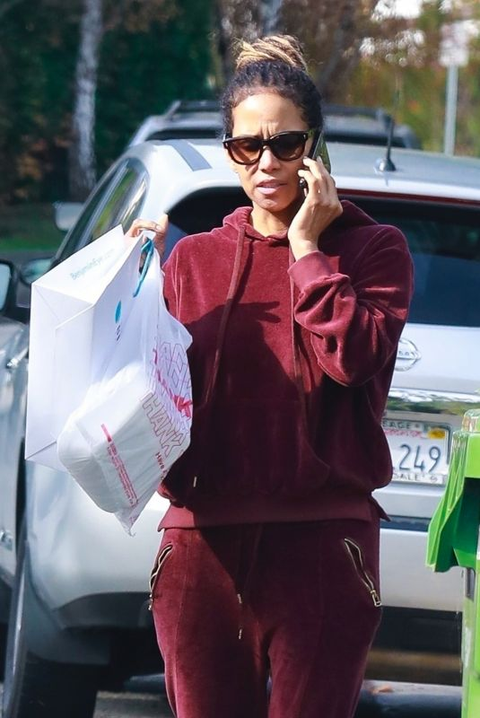 HALLE BERRY OUt for Lunch to-go in Los Angeles 01/17/2020