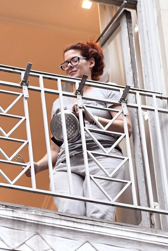 DEBRA MESSING Banging a Pot with all of New York City Cheering on Essential Workers 04/24/2020