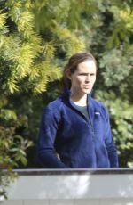 JENNIFER GARNER Chatting with Her Neighbor in Brentwood 04/08/2020