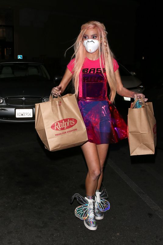MEGAN PORMER Picking Up Groceries at Ralphs in West Hollywood 04/20/2020