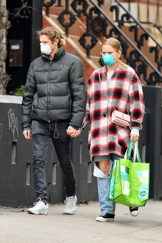 SAILOR BRINKLEY-COOK and Ben Sosne Wearing Face Masks Out Shopping in New York 04/01/2020