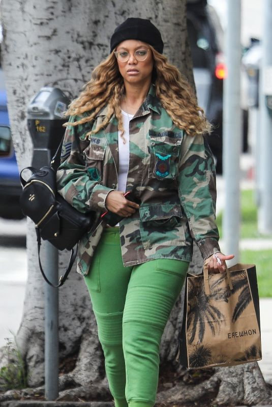 TYRA BANKS Shopping at Erewhon in Pacific Palisades 04/06/2020