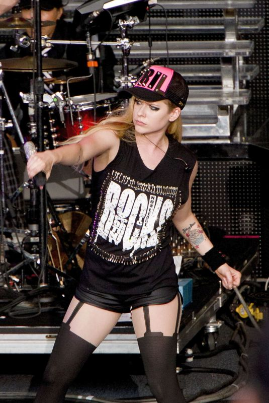 AVRIL LAVIGNE Performs in Mountain View 05/25/2009