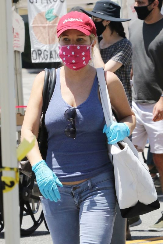 DONNA D'ERRICO Wearing Msk at Farmer's Market in Los Angeles 05/24/2020
