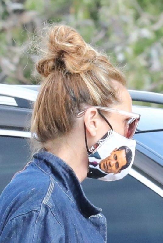 JULIA ROBERTS Wearing Barack Obama Face Mask at Malibu Country Mart 05/28/2020