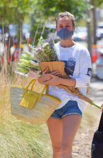 BRIOE LARSON Shopping at Farmer