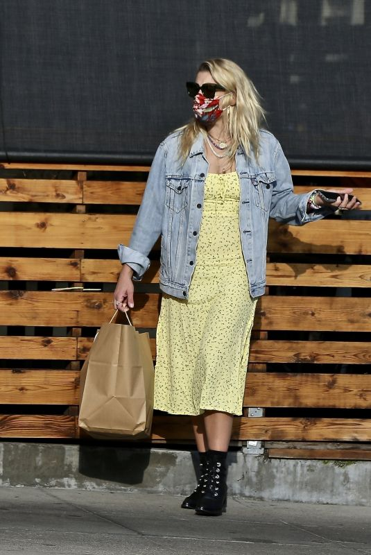 BUSY PHILLIPS Picks Up Her Lunch to-go in Los Feliz 06/06/2020