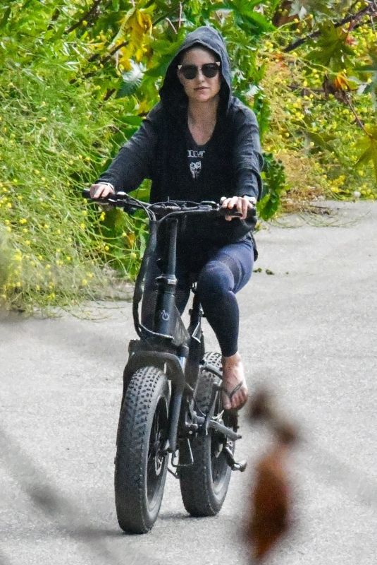 KATE HUDSON Out Riding a Bike in Malibu 06/06/2020