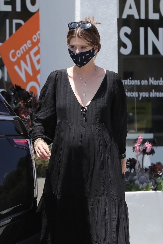 Pregnant KATHERINE SCHWARZENEGGER at Starbuck in los Angeles 06/22/2020