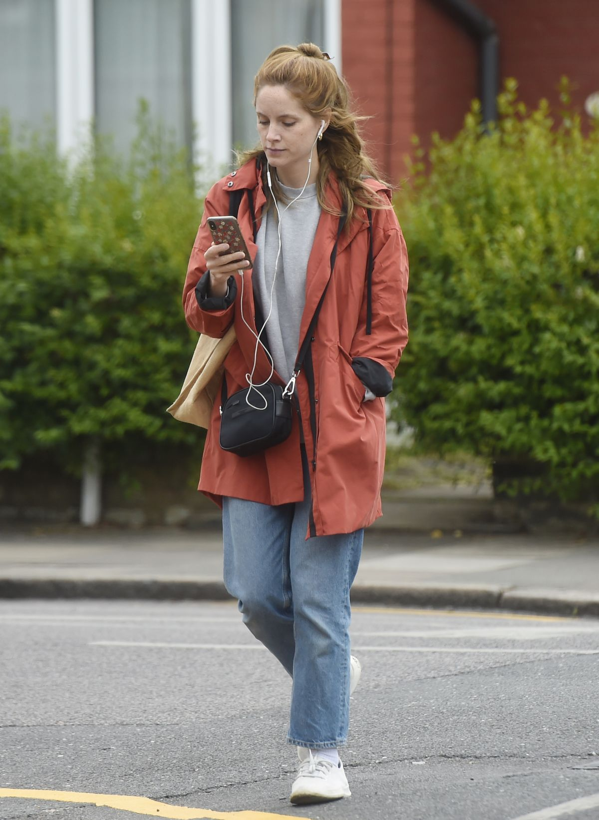 Sophie Rundle Out Shopping in London 2020/06/08 in 2020 | Sophie rundle, Shopping, Sophie