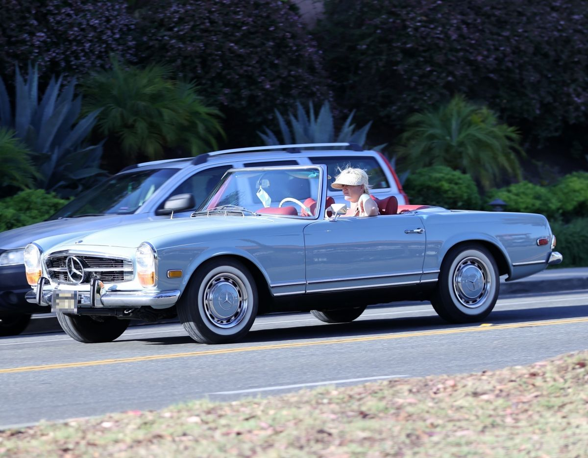 Pregnant KATY PERRY Driving Her Classic Mercedes ...